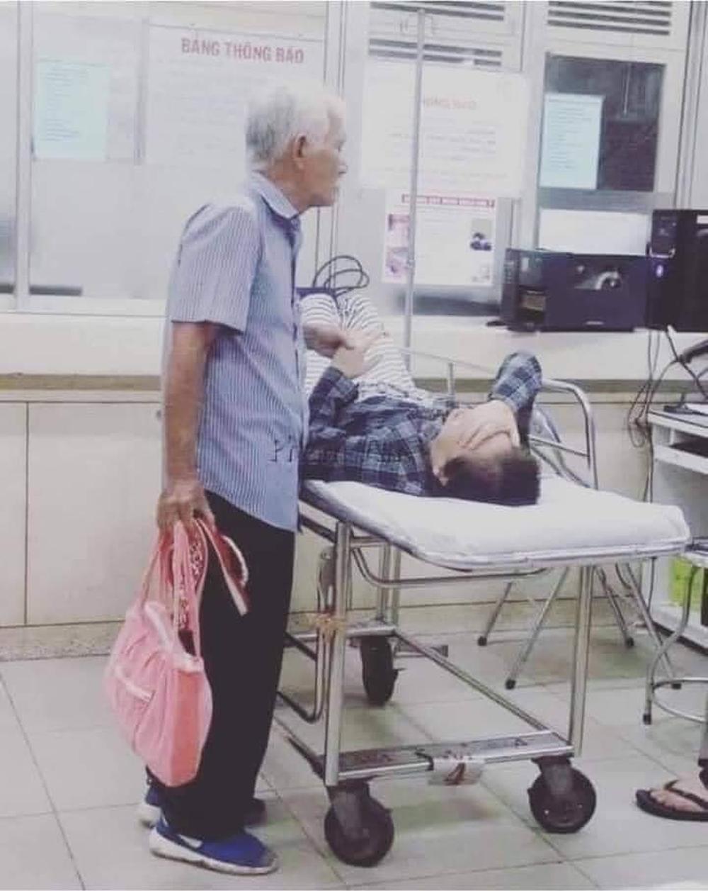 Đôi vợ chồng già nắm chặt tay trong phòng cấp cứu, cụ ông nài nỉ bác sĩ: Cho tôi đứng với bà ấy thêm tí nữa nhé - Ảnh 1.
