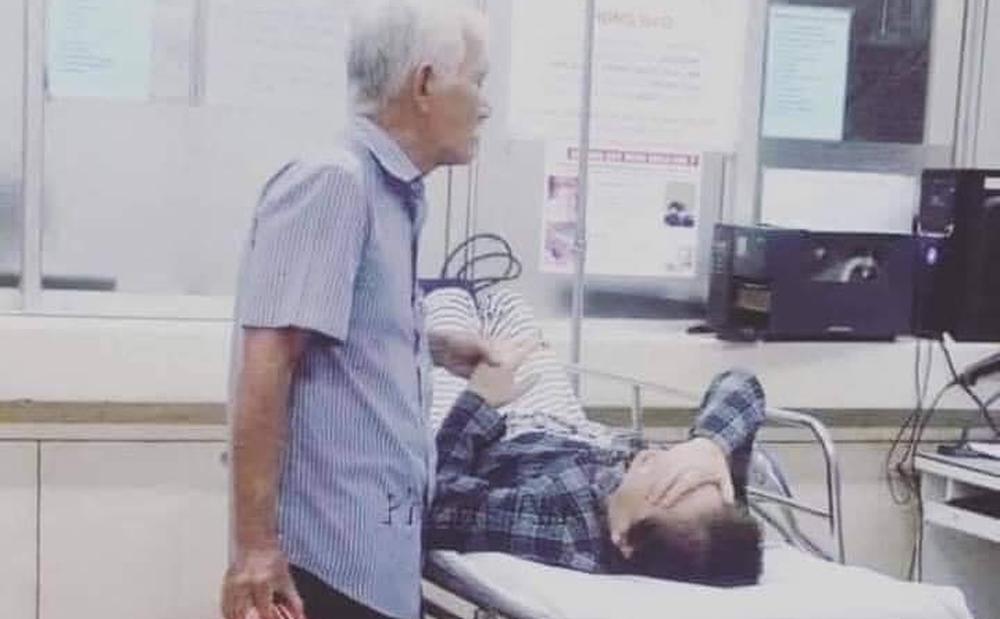 """Đôi vợ chồng già nắm chặt tay trong phòng cấp cứu, cụ ông nài nỉ bác sĩ: """"Cho tôi đứng với bà ấy thêm tí nữa nhé"""""""
