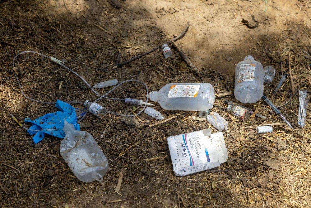 Địa ngục nhếch nhác ở Ấn Độ: Bệnh nhân ở nhờ chuồng gia súc, nằm truyền dịch cạnh trâu bò nhởn nhơ gặm cỏ - Ảnh 8.