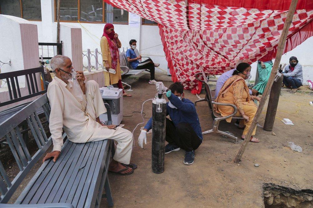 Địa ngục nhếch nhác ở Ấn Độ: Bệnh nhân ở nhờ chuồng gia súc, nằm truyền dịch cạnh trâu bò nhởn nhơ gặm cỏ - Ảnh 9.