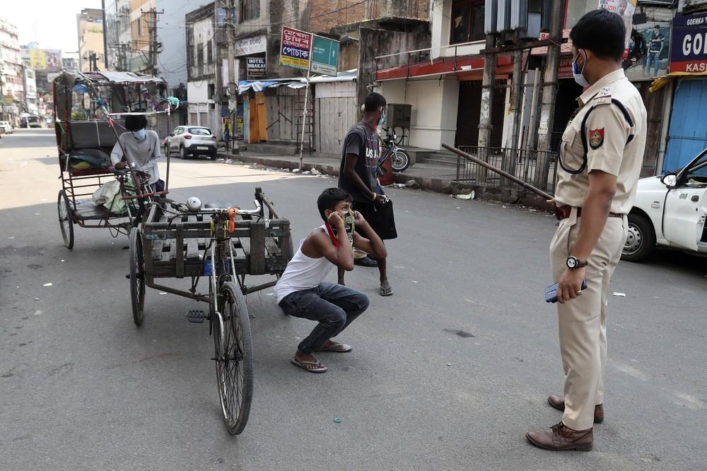 Địa ngục nhếch nhác ở Ấn Độ: Bệnh nhân ở nhờ chuồng gia súc, nằm truyền dịch cạnh trâu bò nhởn nhơ gặm cỏ - Ảnh 12.