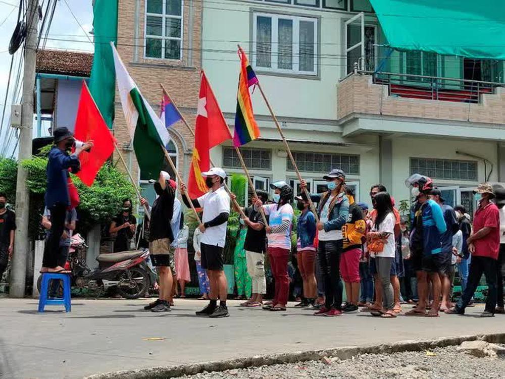 Quân đội Myanmar và nhóm vũ trang giao tranh dữ dội gần biên giới - Ảnh 1.