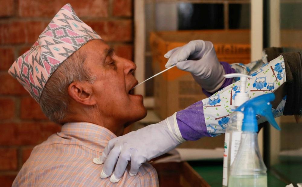"""Làn sóng Covid-19 dâng cao, """"hàng xóm"""" của Ấn Độ phá kỷ lục: Xác nhận 5.763 ca nhiễm Covid-19/ngày"""