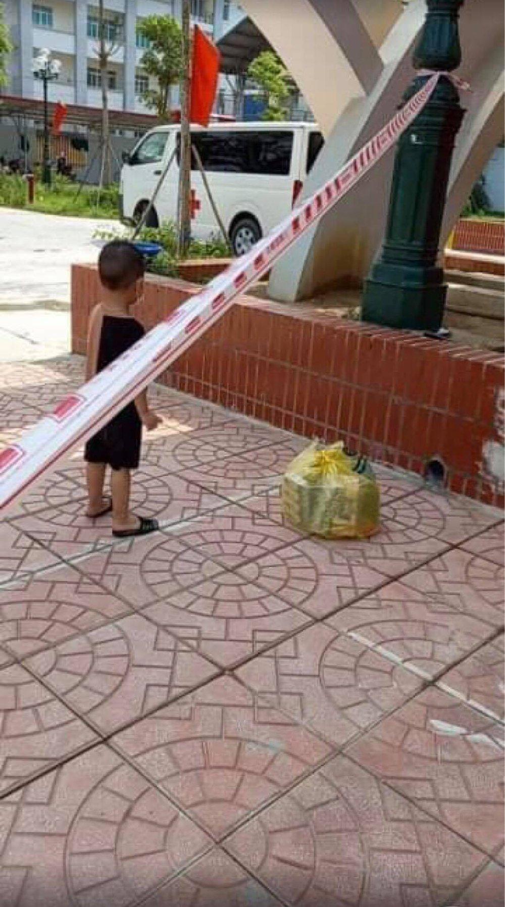 Bé trai 6 tuổi một mình đi nhận kết quả dương tính Covid-19: Ánh mắt ngơ ngác, ngồi nép vào cánh cửa - Ảnh 4.