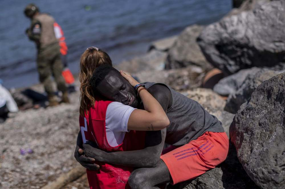 7 ngày qua ảnh:  Nữ tình nguyên viên ôm người di cư châu Phi - Ảnh 2.