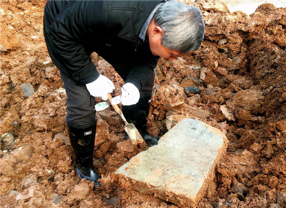 Di dời 17 phiến đá lạ ra khỏi lăng mộ cổ, 30 năm sau, chuyên gia đau lòng nhận ra họ đã mắc sai lầm - Ảnh 1.