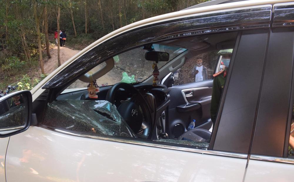 Nhóm học sinh cấp 2 đập phá hàng loạt kính ô tô của khách du lịch rồi trộm tài sản
