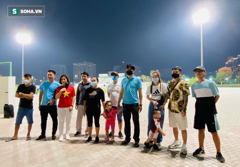 HLV Park Hang-seo dành tặng món quà bất ngờ cho 2 CĐV nhí của ĐT Việt Nam - Ảnh 1.