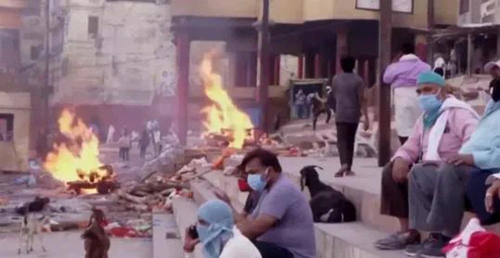 Thảm cảnh ở Ấn Độ: Có thi thể bị chó hoang cắn xé, người dân bất lực dùng cả lá cây làm khẩu trang - Ảnh 10.