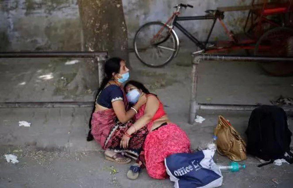Thảm cảnh ở Ấn Độ: Có thi thể bị chó hoang cắn xé, người dân bất lực dùng cả lá cây làm khẩu trang - Ảnh 4.