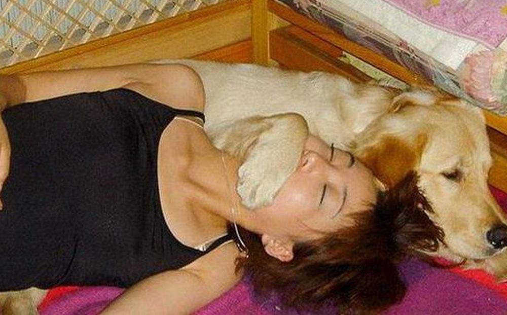 Ôm chó cưng đi ngủ, bỗng một ngày cảm thấy trên người có gì đó bất thường, cô gái nhũn người sau khi đến bệnh viện kiểm tra