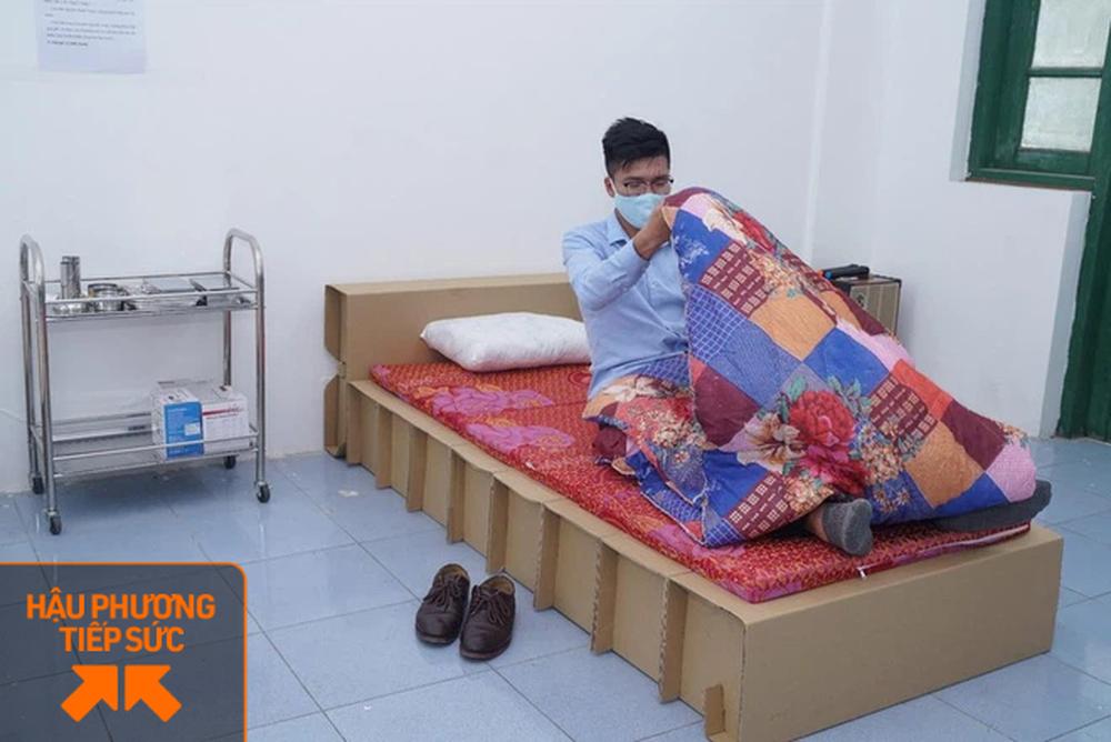 Cận cảnh những chiếc giường bằng giấy kỳ lạ tại bệnh viện dã chiến Bắc Giang và Hải Dương - Ảnh 2.