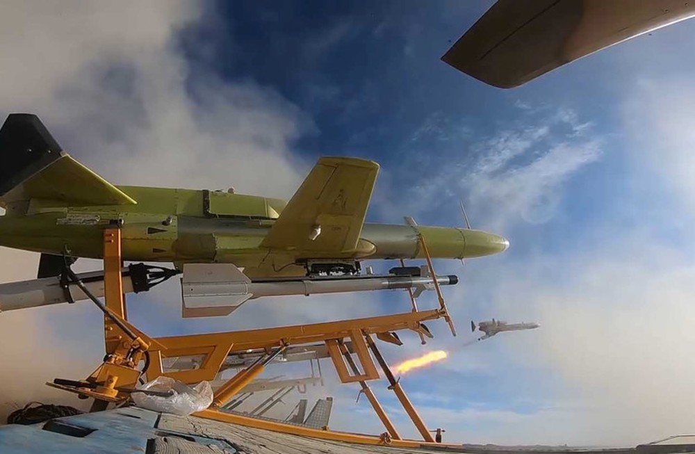 UAV Iran tấn công căn cứ tuyệt mật của CIA: Tên lửa Patriot Mỹ đứng như trời trồng! - Ảnh 2.