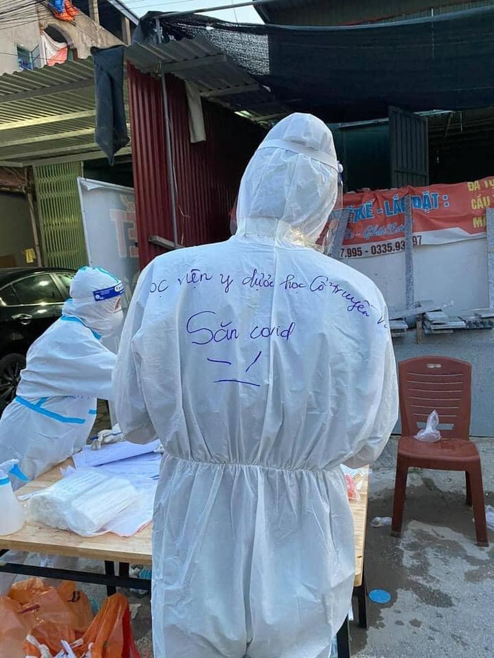 Những lời nhắn viết trên áo bảo hộ của các y bác sĩ ở tâm dịch khiến dư luận xôn xao  - Ảnh 6.