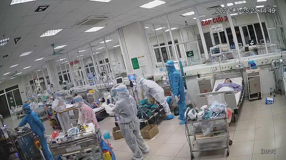 Bên trong khu điều trị COVID-19: Bác sĩ ép tim liên tục, giành giật sự sống cho bệnh nhân - Ảnh 2.