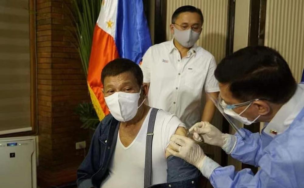 Tổng thống Philippines tiêm vaccine Covid-19 Sinopharm của Trung Quốc