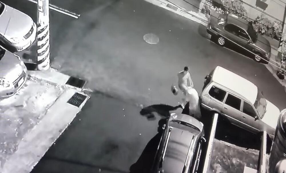Clip: Cô gái bị bạn trai dùng mũ bảo hiểm đánh tới tấp vào đầu bạn gái, lý do muôn thuở khiến nhiều người ngán ngẩm - Ảnh 3.