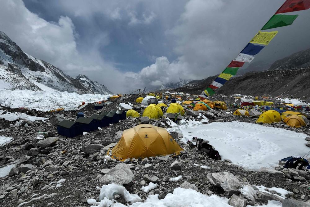 COVID-19 đã leo lên đỉnh núi cao nhất thế giới: Hàng trăm người bị cách ly trong tình trạng khắc nghiệt - Ảnh 1.