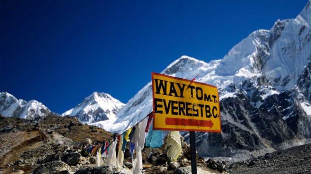COVID-19 đã leo lên đỉnh núi cao nhất thế giới: Hàng trăm người bị cách ly trong tình trạng khắc nghiệt - Ảnh 2.