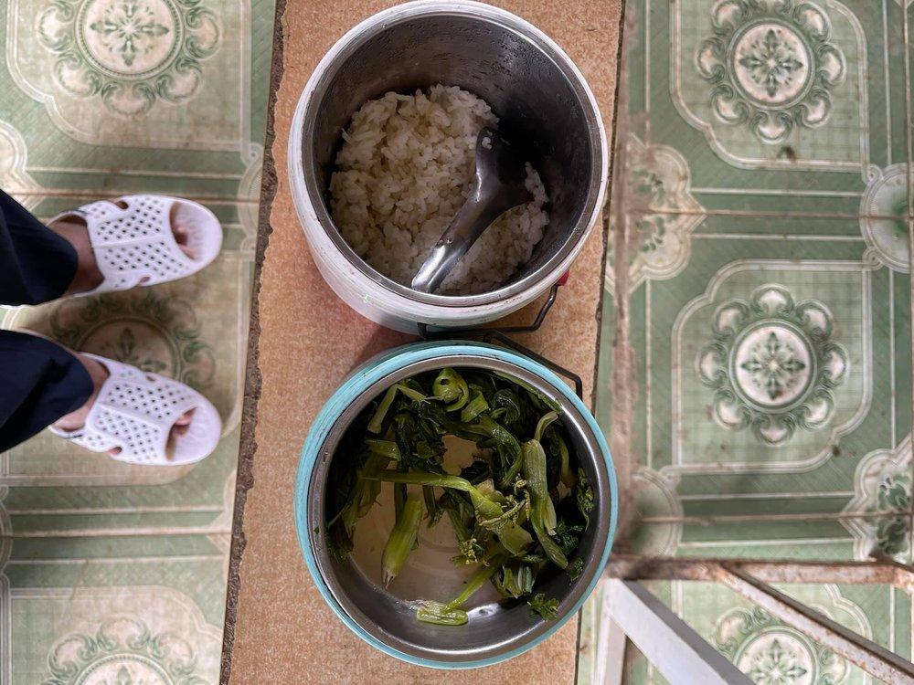Ông Đoàn Ngọc Hải xúc động khi chứng kiến bữa ăn chỉ có cơm trắng, vài cọng rau của cháu bé ở Séo Trung Hồ Mông - Ảnh 1.