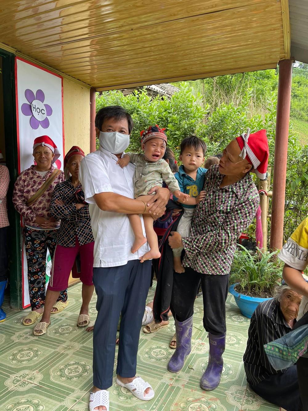 Ông Đoàn Ngọc Hải xúc động khi chứng kiến bữa ăn chỉ có cơm trắng, vài cọng rau của cháu bé ở Séo Trung Hồ Mông - Ảnh 2.