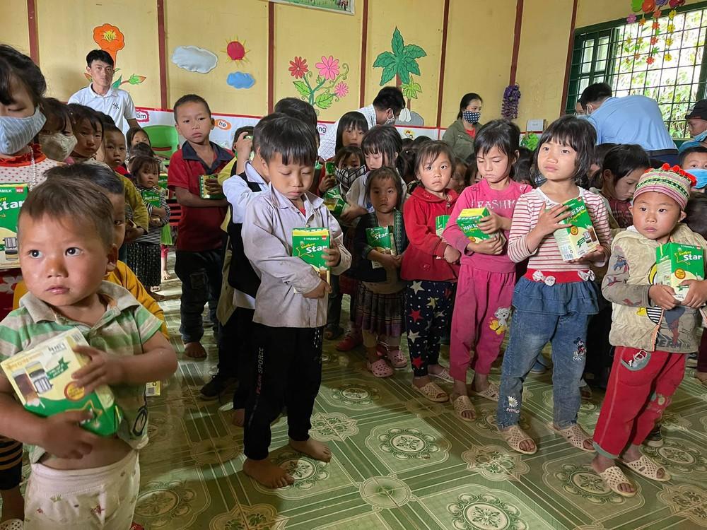 Ông Đoàn Ngọc Hải xúc động khi chứng kiến bữa ăn chỉ có cơm trắng, vài cọng rau của cháu bé ở Séo Trung Hồ Mông - Ảnh 3.