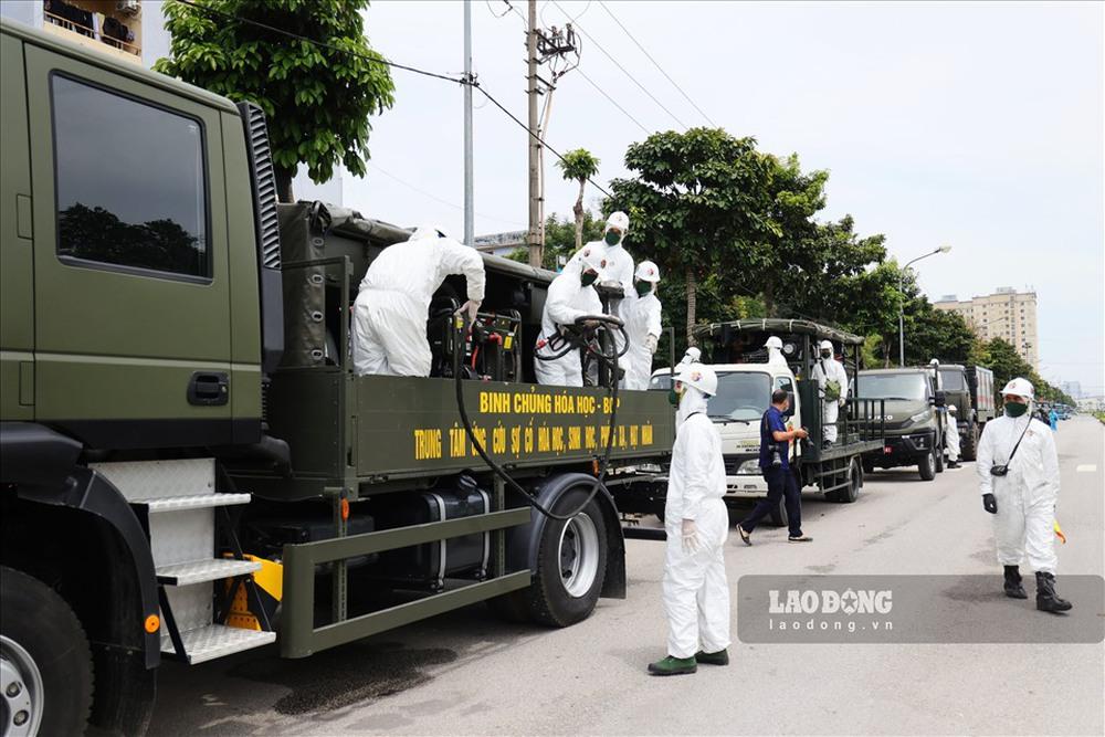 Ảnh: 70 chiến sĩ, 15 xe đặc chủng phun khử trùng, tiêu độc tại BV Bệnh nhiệt đới Trung ương - Ảnh 2.