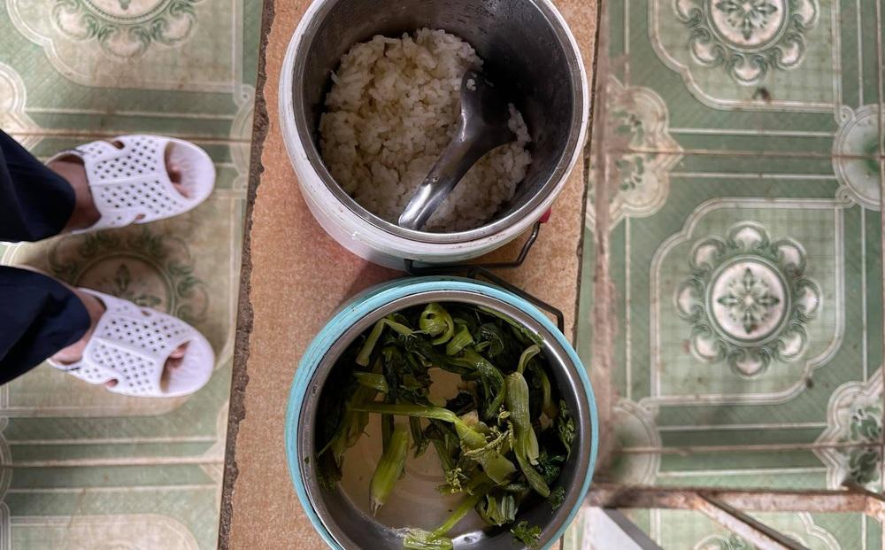 Ông Đoàn Ngọc Hải xúc động khi chứng kiến bữa ăn chỉ có cơm trắng, vài cọng rau của cháu bé ở Séo Trung Hồ Mông