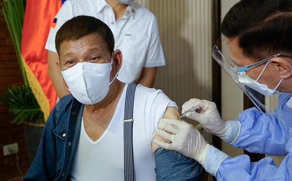 """""""Rát mặt"""" vì chỉ trích, TT Duterte đòi trả TQ 1.000 liều vaccine Sinopharm và """"xin lỗi"""" vì đã tiêm"""