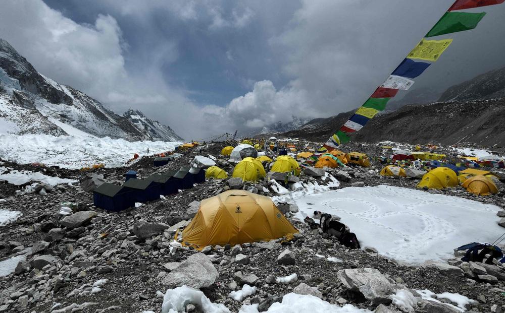 COVID-19 đã 'leo' lên đỉnh núi cao nhất thế giới: Hàng trăm người bị cách ly trong tình trạng khắc nghiệt