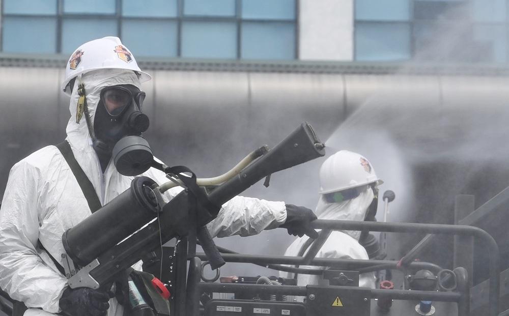 Ảnh: 70 chiến sĩ, 15 xe đặc chủng phun khử trùng, tiêu độc tại BV Bệnh nhiệt đới Trung ương
