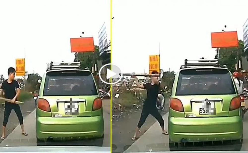 Đuổi theo đập vỡ cửa kính khi thấy người yêu trên xe ô tô của người đàn ông lạ