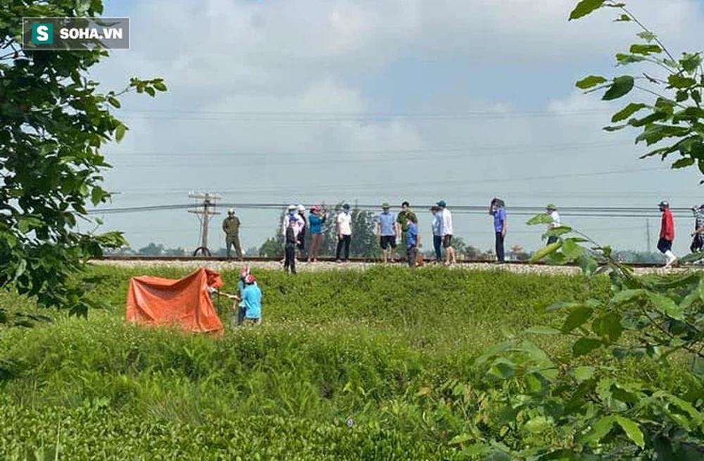 Nghệ An: Mẹ ôm con lên đường ray khi tàu sắp đến, người dân hô hoán thì bỏ chạy, cháu bé tử vong bất thường - Ảnh 1.