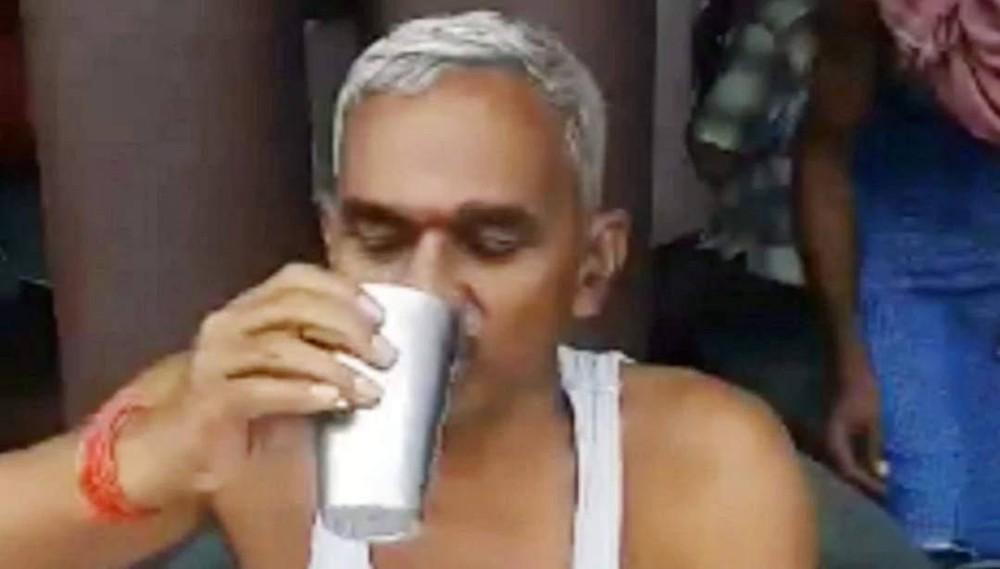 Số ca nhiễm và tử vong tăng kỷ lục, nghị sĩ Ấn Độ vẫn vô tư thị phạm uống nước tiểu bò để chống Covid-19 - Ảnh 2.