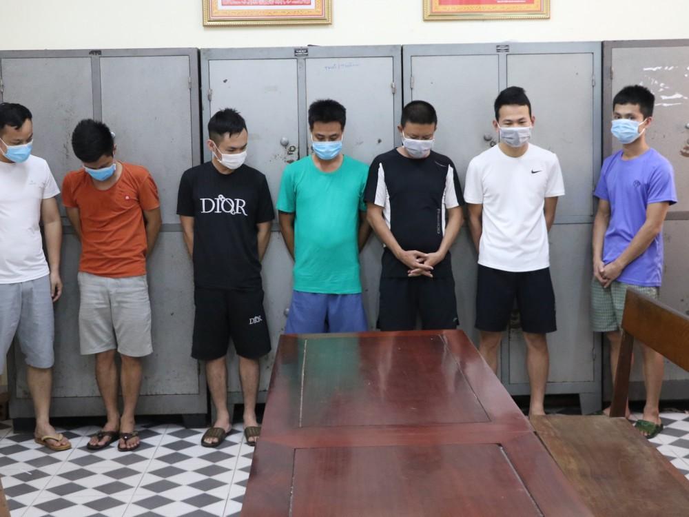 Bắt sới bạc ở Hà Tĩnh: Nhiều con bạc liều lĩnh nhảy từ tầng 3 khách sạn để chạy trốn - Ảnh 3.