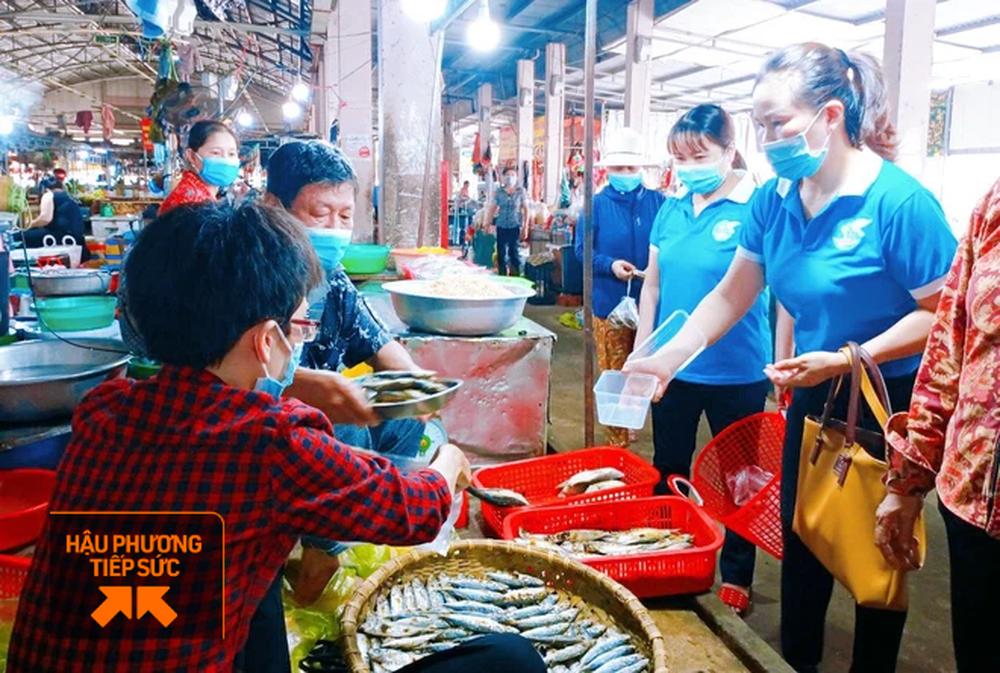 Cả trăm phụ nữ đi chợ, nấu cơm giúp các gia đình trong khu dân cư đang cách ly vì Covid-19 - Ảnh 11.