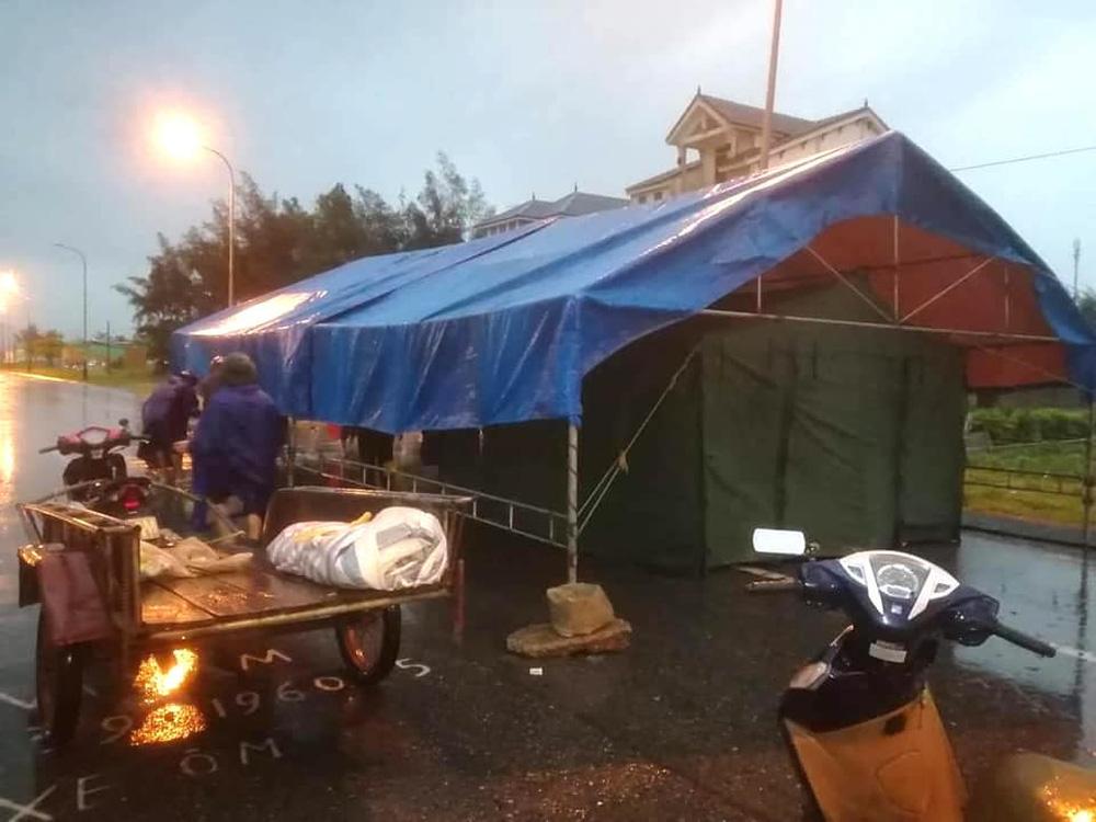 Bão số 2 gây mưa tầm tã, cán bộ trực chốt Covid-19 Hà Tĩnh ăn vội bát mỳ trong lều ngập nước - Ảnh 10.