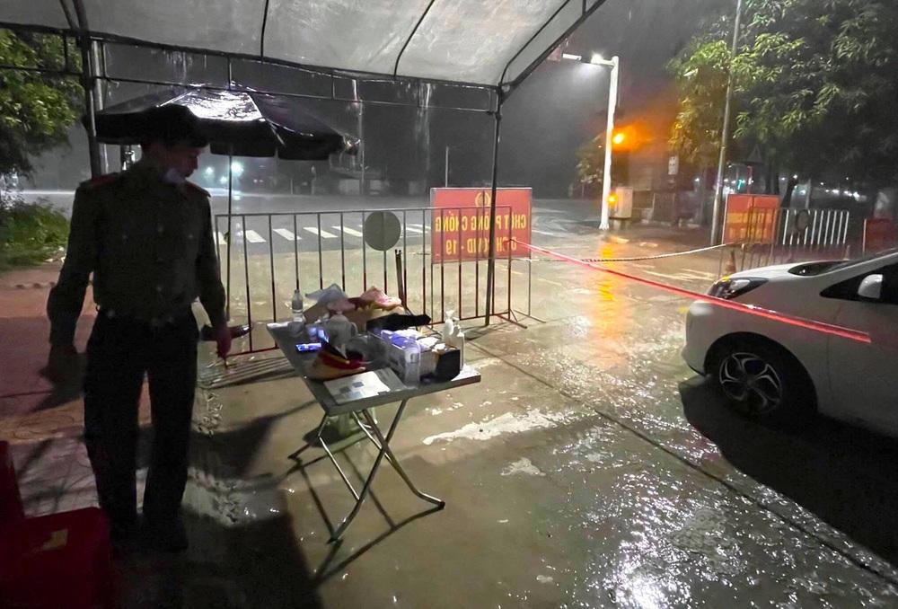 Bão số 2 gây mưa tầm tã, cán bộ trực chốt Covid-19 Hà Tĩnh ăn vội bát mỳ trong lều ngập nước - Ảnh 3.