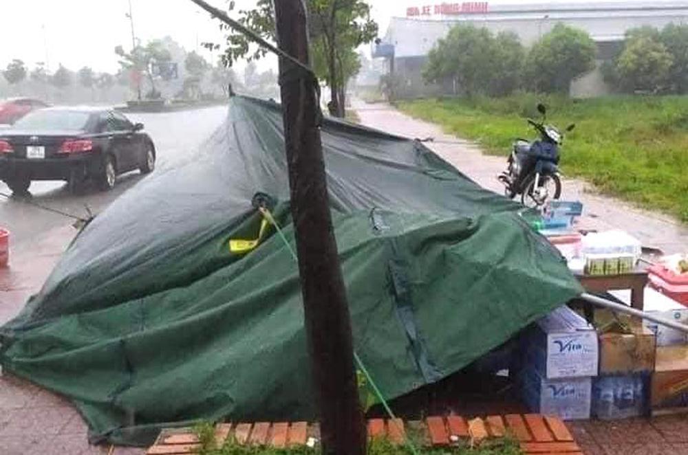 Bão số 2 gây mưa tầm tã, cán bộ trực chốt Covid-19 Hà Tĩnh ăn vội bát mỳ trong lều ngập nước - Ảnh 8.