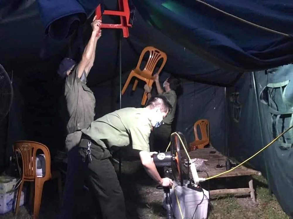 Bão số 2 gây mưa tầm tã, cán bộ trực chốt Covid-19 Hà Tĩnh ăn vội bát mỳ trong lều ngập nước - Ảnh 9.