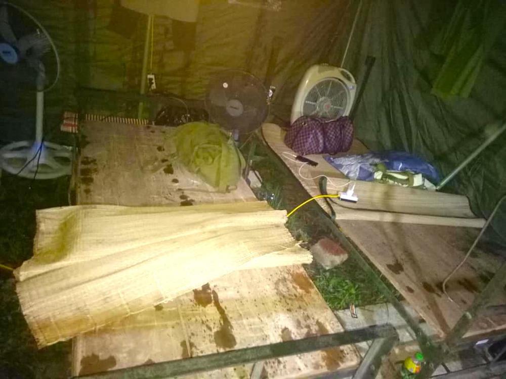 Bão số 2 gây mưa tầm tã, cán bộ trực chốt Covid-19 Hà Tĩnh ăn vội bát mỳ trong lều ngập nước - Ảnh 7.