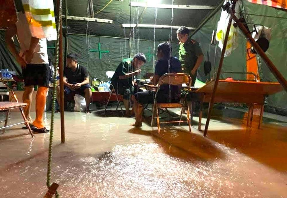 Bão số 2 gây mưa tầm tã, cán bộ trực chốt Covid-19 Hà Tĩnh ăn vội bát mỳ trong lều ngập nước - Ảnh 11.