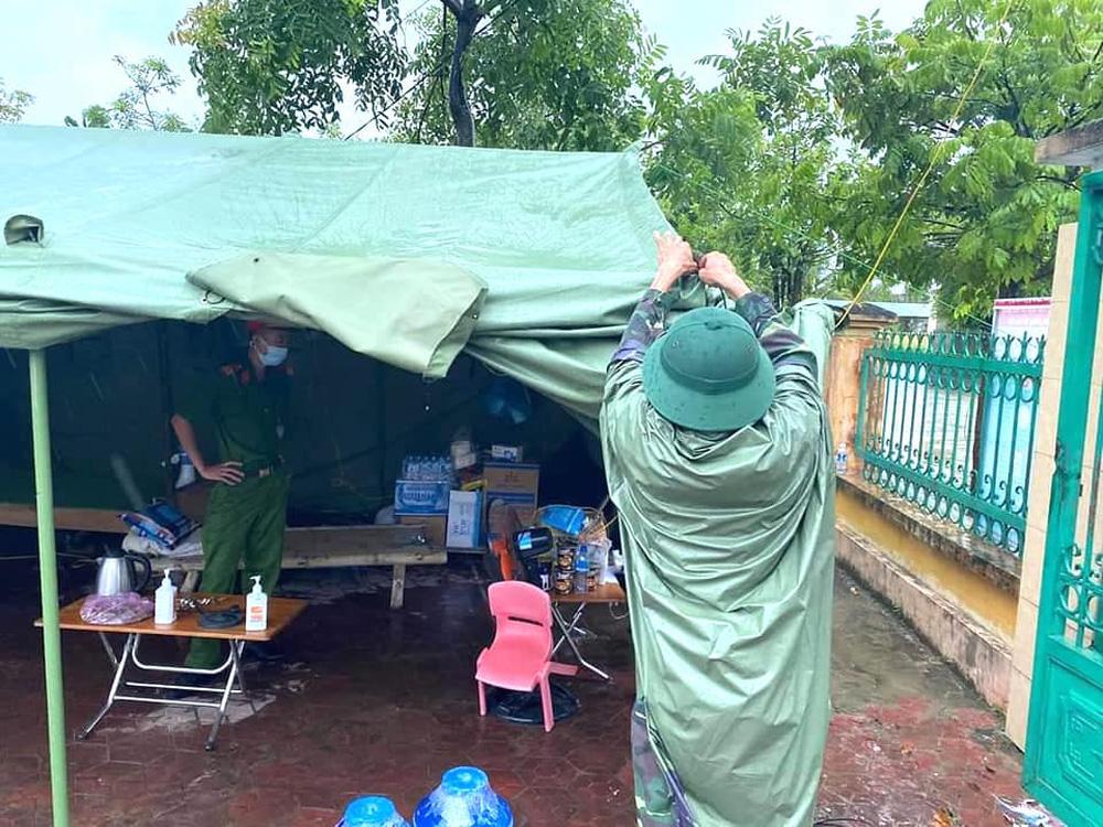 Bão số 2 gây mưa tầm tã, cán bộ trực chốt Covid-19 Hà Tĩnh ăn vội bát mỳ trong lều ngập nước - Ảnh 6.