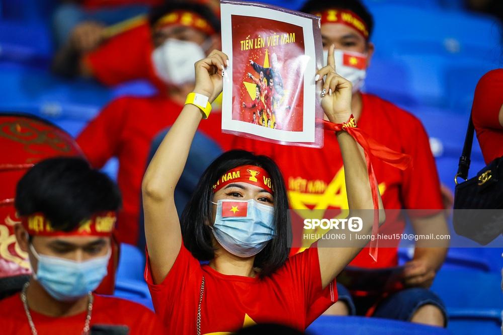 Chùm ảnh tuyển Việt Nam hân hoan với niềm vui chiến thắng Malaysia - Ảnh 4.