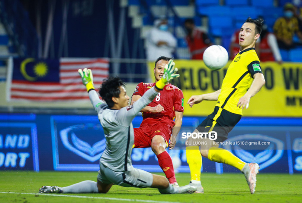 Chùm ảnh tuyển Việt Nam hân hoan với niềm vui chiến thắng Malaysia - Ảnh 8.