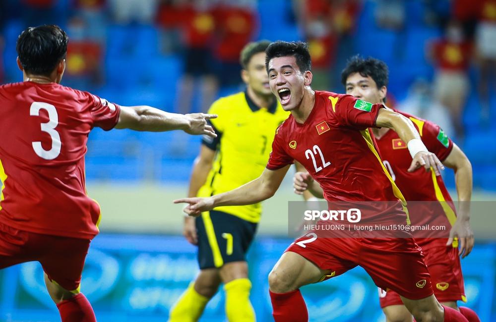 Chùm ảnh tuyển Việt Nam hân hoan với niềm vui chiến thắng Malaysia - Ảnh 10.