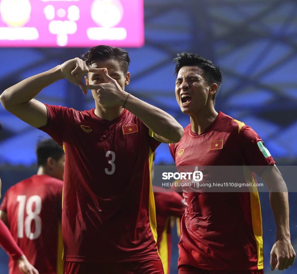 Chùm ảnh tuyển Việt Nam hân hoan với niềm vui chiến thắng Malaysia - Ảnh 11.