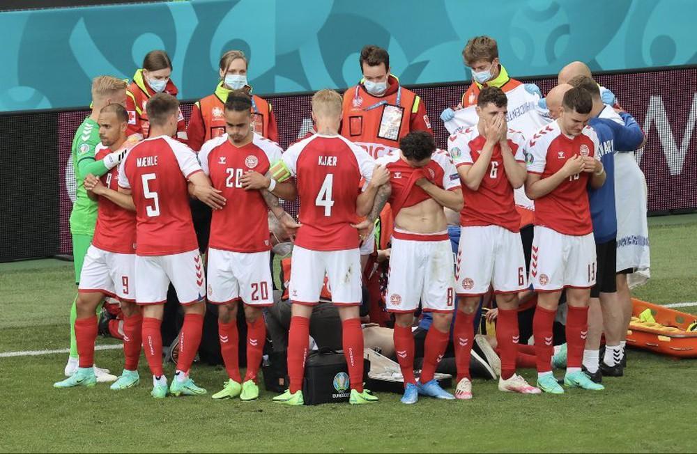SỐC: Trận Euro phải hoãn vì ngôi sao đột quỵ ngay trên sân, may mắn đã qua cơn nguy kịch - Ảnh 1.