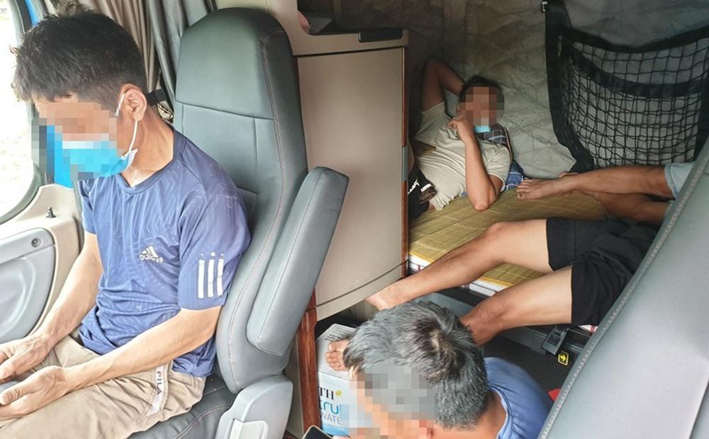 5 người trốn trong cabin container để qua mặt chốt kiểm soát dịch