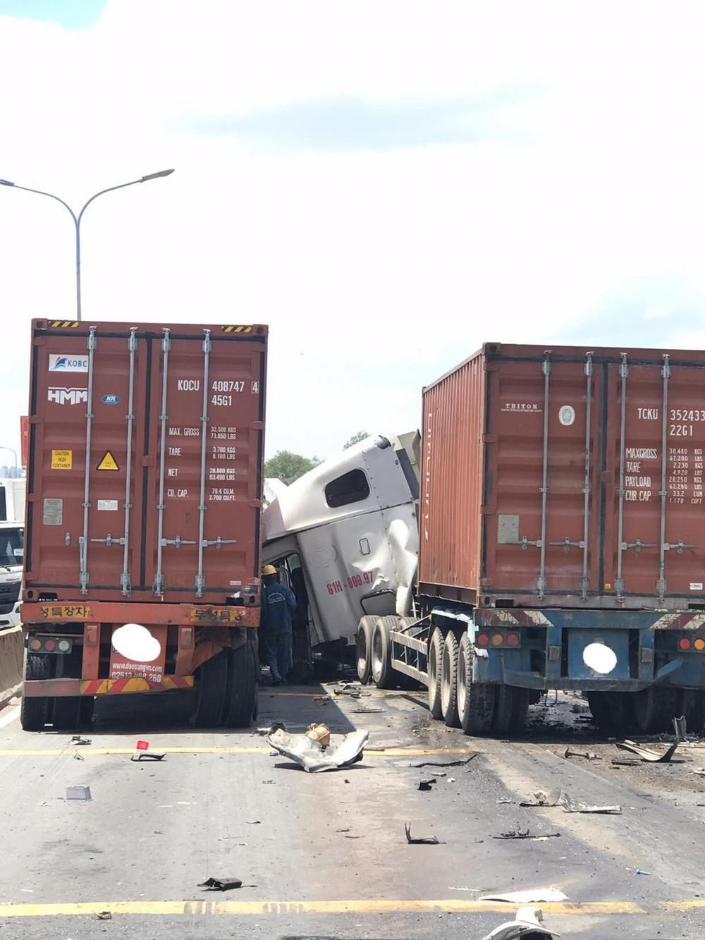 3 xe va chạm trên dốc cầu Phú Mỹ ở Sài Gòn, giao thông tê liệt - Ảnh 1.